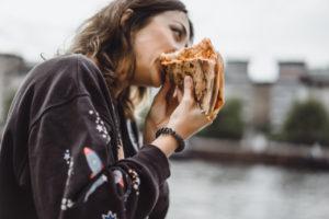 """食べ過ぎ癖をやめるとっておきの方法は""""食べ過ぎること""""!?"""